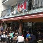 市民にも旅行者にも人気のdeep coveでハニードーナツを食べる
