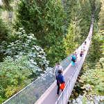 観光客に人気のキャピラノ吊り橋でスリルを味わう